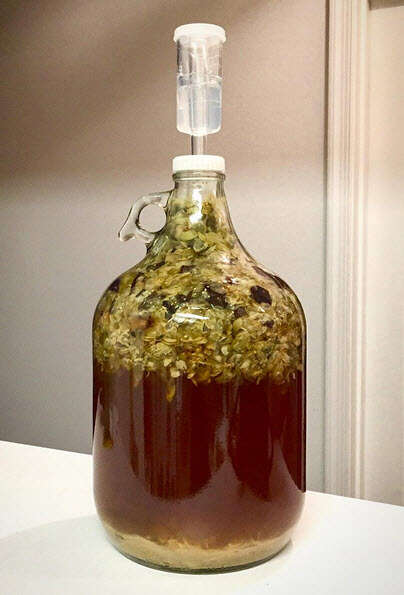 Fermentador de cerveza con trampa de aire durante el proceso de fermentación
