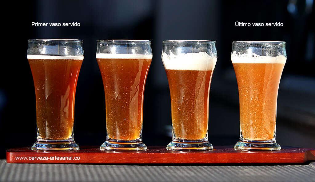 comparacion-de-vasos-servidos-misma-botella-cerveza-aclaracion-con-gelatina