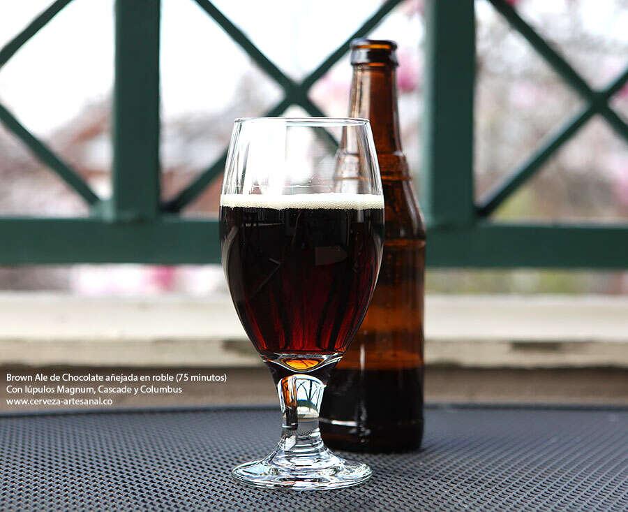 Brown ale de chocolate añejada en roble – 75 minutos – con lúpulos Magnum, Cascade y Columbus