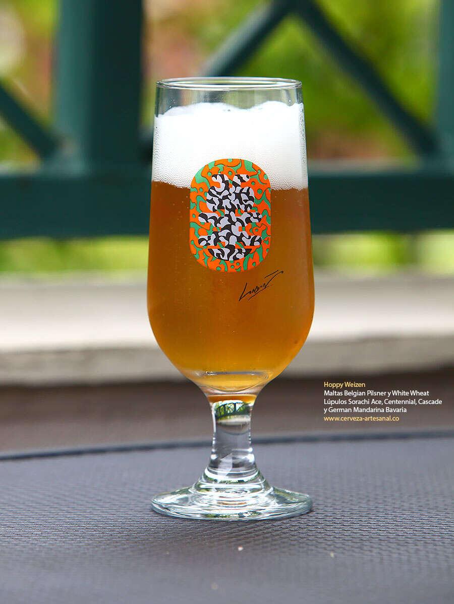 Hoppy Weizen, con maltas Belgian Pilsner y White Wheat; lúpulos Sorachi Ace, Centennial, Cascade y German Mandarina Bavaria