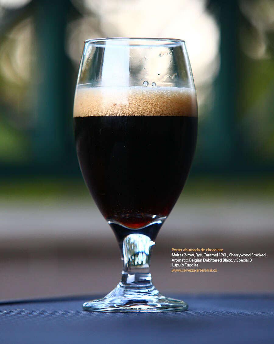Porter ahumada de chocolate con maltas 2-row, Rye, Caramel 120L, Cherrywood Smoked, Aromatic. Belgian Debittered Black, y Special B; Lúpulo Fuggles