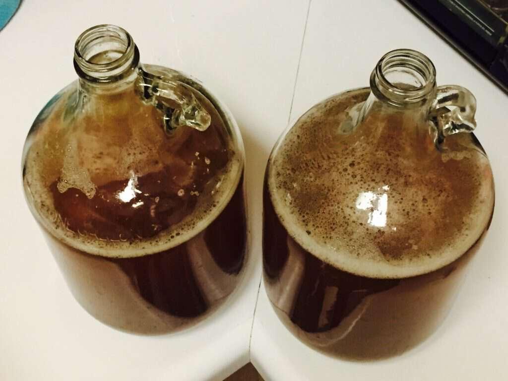 Fermentadores con mosto, base de la cerveza