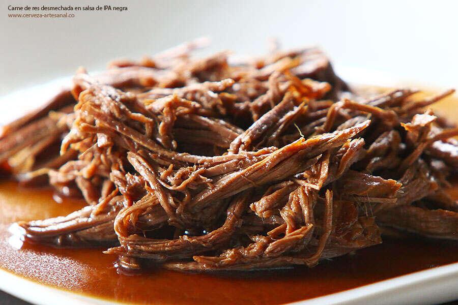 Carne de res desmechada en salsa de IPA negra