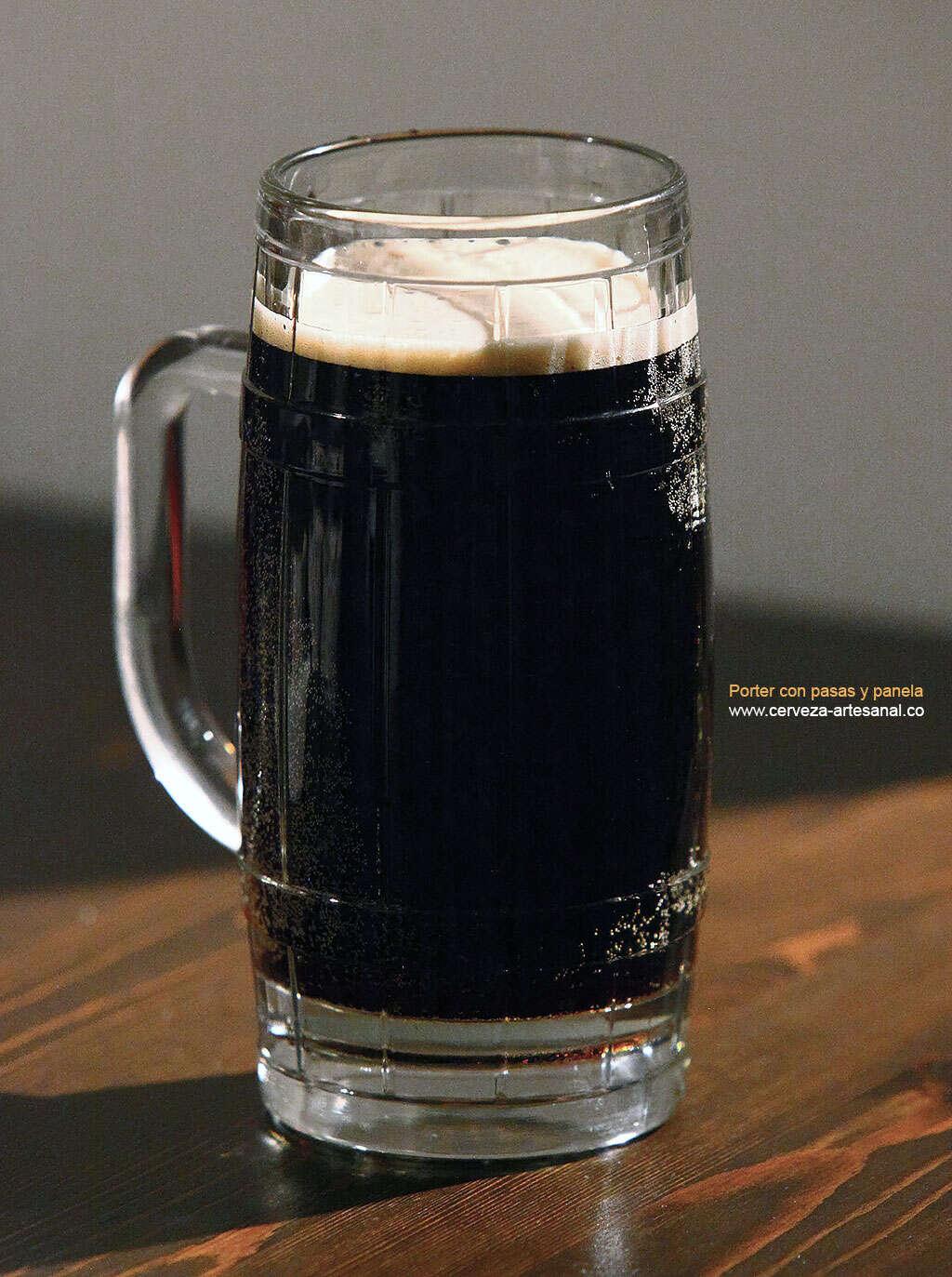 Cerveza porter con panela, carbonatada con pasas de arándanos