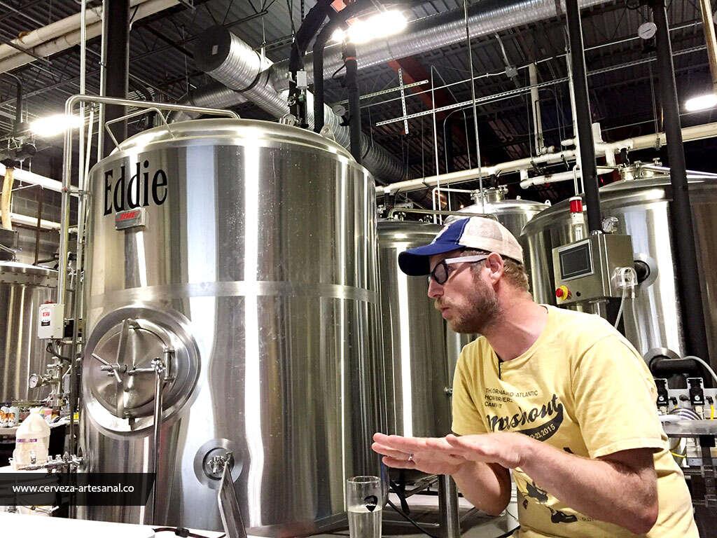 Jasper Akerboom dictando su charla en la cervecería Ocelot de Virginia, Estados Unidos.