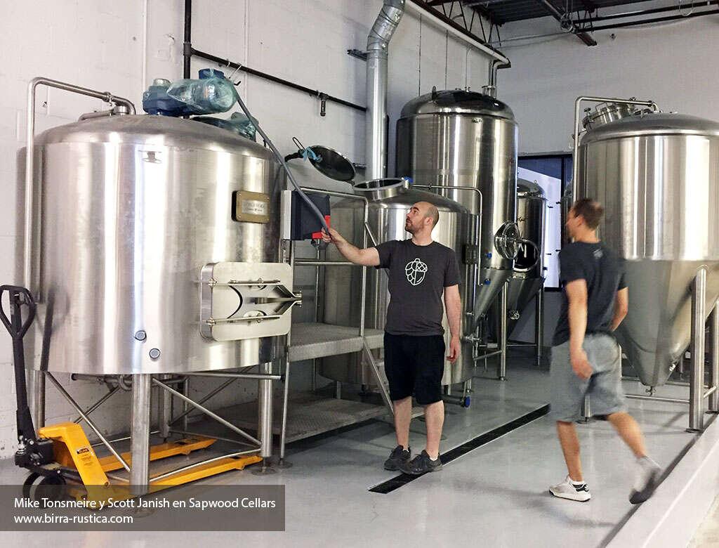 Mike Tonsmeire y Scott Janish  planeando la distribución de su equipo en la cervecería Sapwood Cellars.